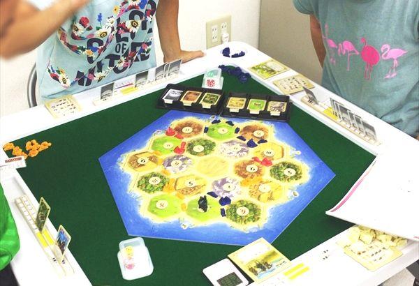 ボードゲーム「カタンの開拓者たち」などを用い、コミュニケーション力をきたえます